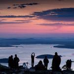 Посетители национального парка Акейдия ждут восхода солнца на вершине горы Кадиллак, недалеко от Бар-Харбора, штат Мэн. 16 мая 2021 года