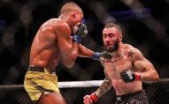 Эдсон Барбоза бьет Шейна Бургоса во время боя на турнире UFC 262