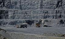 Добыча золотоносной руды на руднике Кумтор разрабатываемый компанией Centerra Gold Inc.