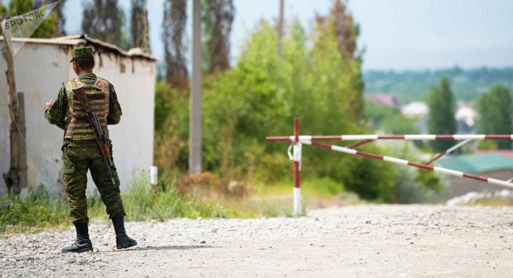 Сотрудник пограничной службы в селе Лейлекского района
