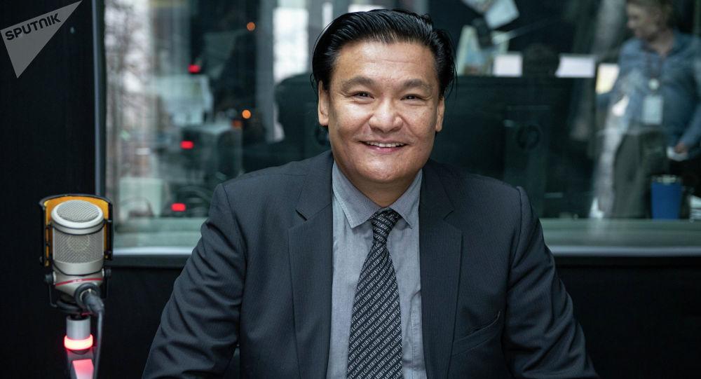 Советник премьер-министра по экономике Кубат Рахимов на радио Sputnik Кыргызстан. Архивное фото