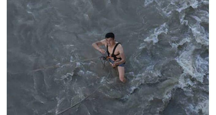 Сотрудник МЧС КР в реке во время ДТП в Узгенском районе Ошской области
