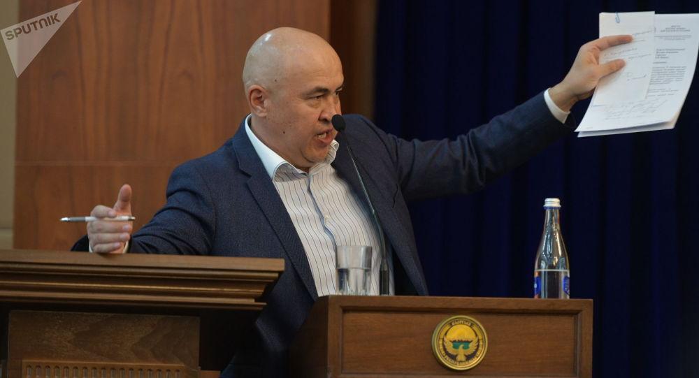Депутат Алтынбек Сулайманов. Архив