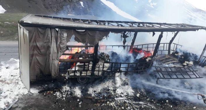На месте пожара в большегрузной машине на 219-м км автодороги Бишкек — Ош