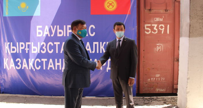 В Бишкек прибыла гуманитарная помощь из Казахстана — около 4 500 тонн муки