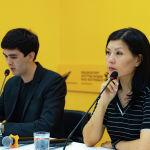Журналисты Sputnik Кыргызстан Айтурган Сатиева и Алимджан Валиев на брифинге в пресс-центре Sputnik Кыргызстан
