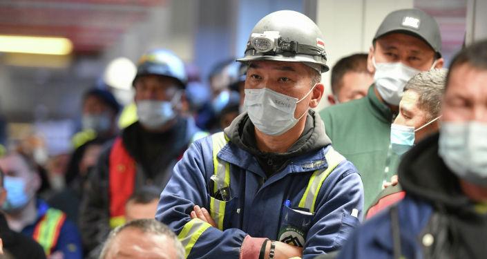 Сотрудники во время представления временного внешнего управляющего коллективу рудника Кумтор
