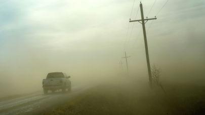 Автомобиль попадает в песчаную бурю. Архивное фото