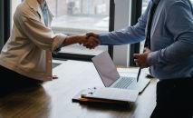 Участники деловой встречи пожимают руки. Иллюстративное фото
