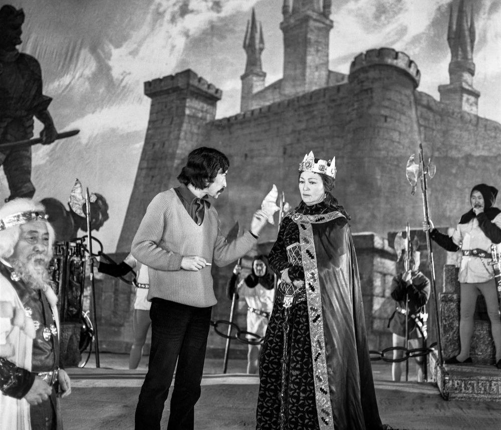 Искусство жөнүндө жомок кинотасмасында режиссер Геннадий Базаров менен залкар актриса