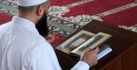 Молдо читает Коран. Архивное фото