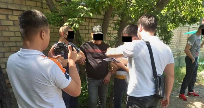 Задержание сотрудника Бишкекское агентство ритуальных услуг по подозрению в незаконном хоронении умерших на Юго-западном кладбище