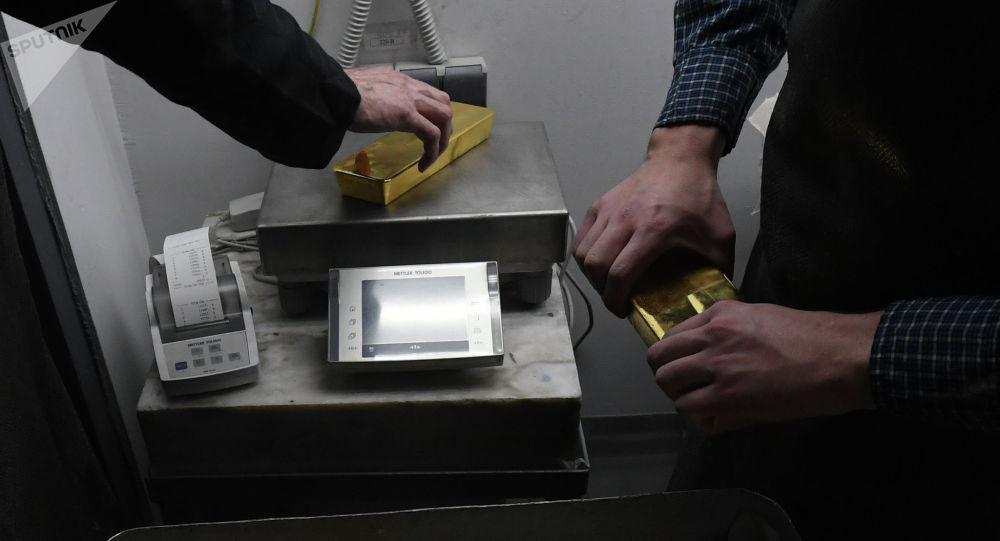Взвешивание золотых слитков высшей пробы. Архивное фото