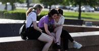 Девушки у фонтана в парке
