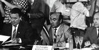 24 года назад Кыргызстан помог остановить гражданскую войну в Таджикистане. В Бишкеке подписали документы, положившие начало перемирию. Тогдашний президент КР Аскар Акаев рассказал, на что пошел Кыргызстан, чтобы спасти соседей.