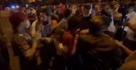 Ереванда оппозициянын митинги өтүп, чогулгандар полиция менен кагылыша кетти. Эл митингге Армениянын Азербайжан менен чек араны демаркациялоо боюнча келишимине кол коюусуна каршы чыккан.