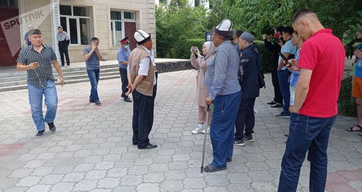 Митингующие, требующие чтобы муфтия избирал народ Кыргызстана у здания муфтията в Бишкеке
