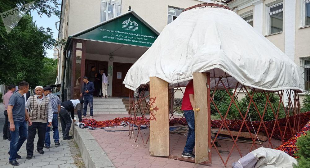 Юрта митингующих, требующих чтобы муфтия избирал народ Кыргызстана у здания муфтията в Бишкеке