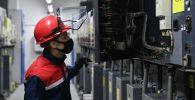 Инженер на подстанции. Архивное фото