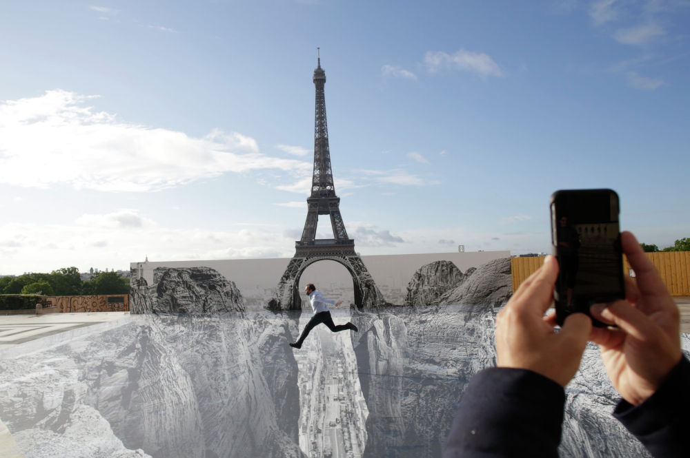На площади Трокадеро в Париже установили работу французского уличного художника и фотографа JR