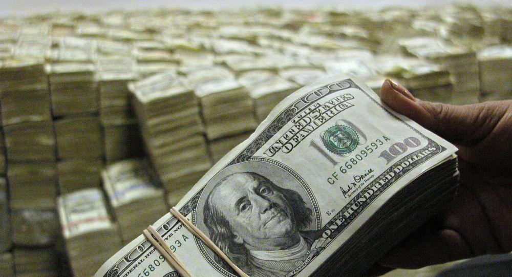 Доллар пачканы кармап турган киши. Архив