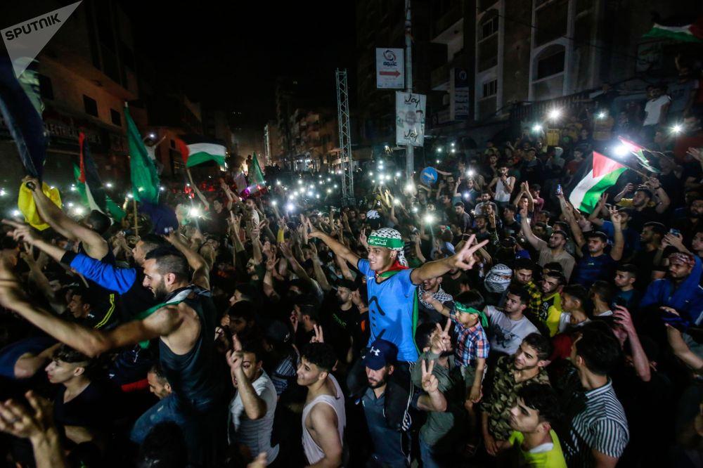 Жители сектора Газа празднуют прекращение обстрелов. Израильский кабинет министров по вопросам безопасности вечером 20 мая единогласно принял инициативу Египта по двустороннему прекращению огня в зоне палестино-израильского конфликта без каких-либо условий. Режим прекращения огня вступил в силу в два часа ночи 21 мая.