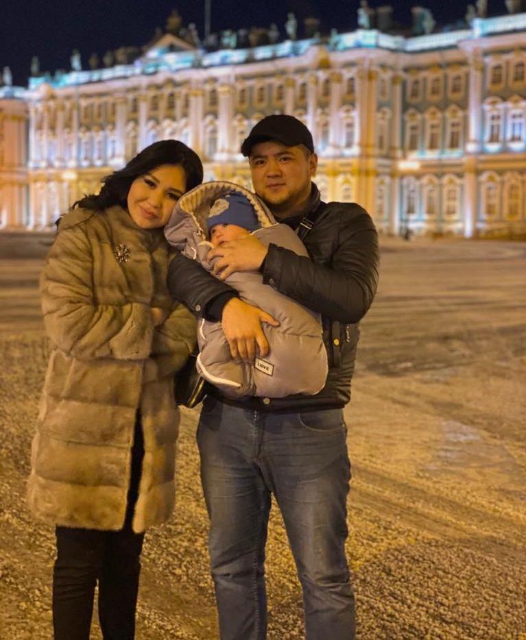 Кыргызская певица, бывшая участница группы Кыз-Бурак Айтурган Эрмекова с мужем и ребенком