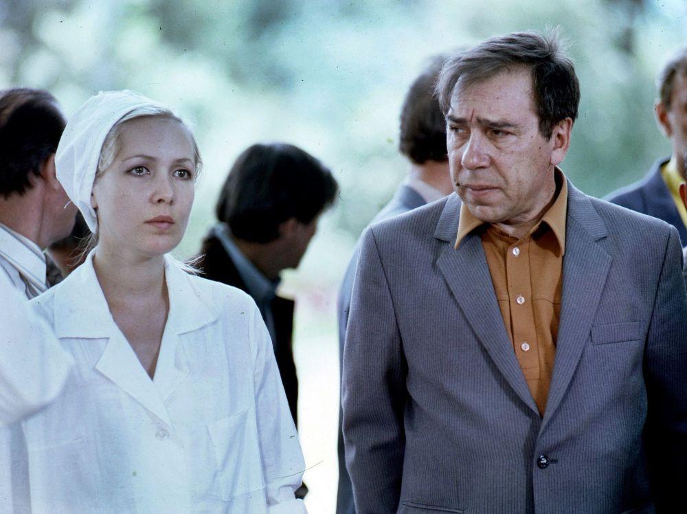 Тартуу иштери маалында. Ак халатчан — актриса Марианна Катаева жана москвалык актер Борис Гитин.
