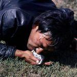 Арактын айынан ара жолдо жер кучактап калган жаш жигиттин ролун Эдилбек Чокубаев аткарган