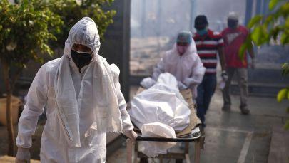 Подготовка тела погибшего к массовой кремации жертв пандемии в Дели. Архивное фото