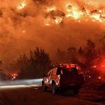 Лесной пожар в районе Схинос близ города Лутраки в Греции.