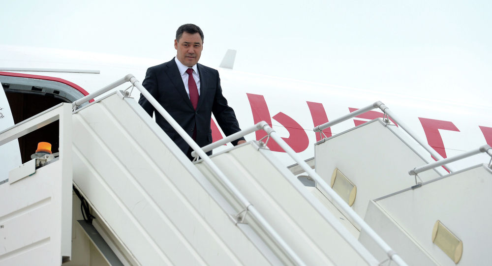 Президент Кырыгзстана Садыр Жапаров на трапе самолета. Архивное фото