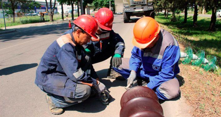 Сотрудники НЭСК в рамках подготовки к осенне-зимнему периоду проводят плановые ремонтные работы по замене старых фарфоровых  изоляторов на новые стеклянные
