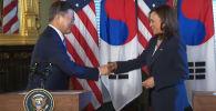 На встрече вице-президента США Камалы Харрис и южнокорейским президентом Мун Чжэ Ином произошел курьезный случай, который обсуждают в соцсетях.