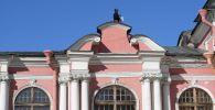 Мужчина на крыше здания в Санкт-Петербурге. Архивное фото