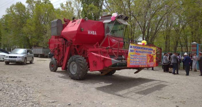 Выпускники, окончившие школу двадцать лет назад в селе Ача-Кайынды Нарынской области купили комбайн для родного села
