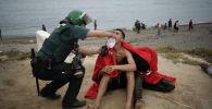Нелегальные мигранты, прибывшие в испанский анклав Суета на африканском побережье из Марокко