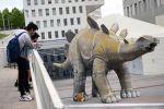 Ичинен кишинин сөөгүн табылган Испаниядагы динозаврдын статуясы