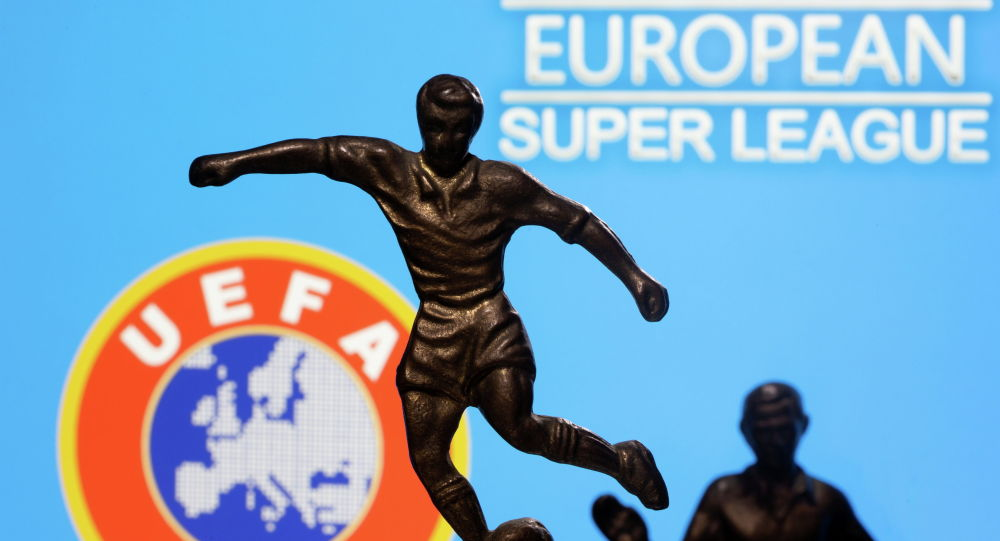 Металлическая фигура футболиста на фоне логотипа УЕФА. Архивное фото