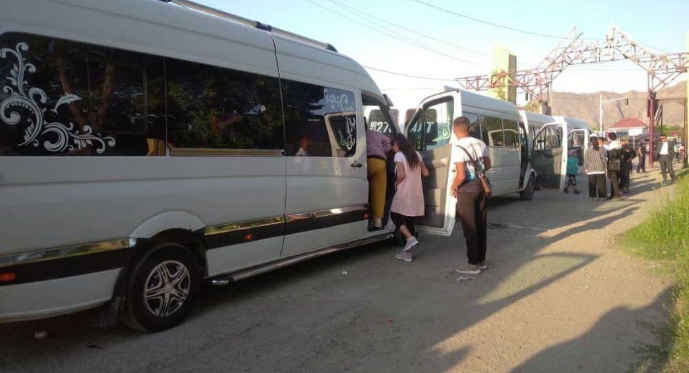 Микроавтобусы с детьми из приграничных сел Баткенской области, отправляющиеся на Иссык-Куль