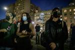 Протестующие Black Lives Matter держат плакаты во время пикета в годовщину смерти Джорджа Флойда