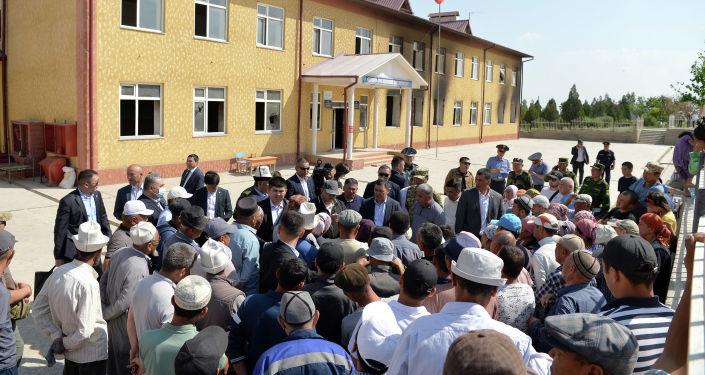 Президент КР Садыр Жапаров во время встречи с жителями села Максат Лейлекского района в рамках рабочей поездки в Баткенскую область
