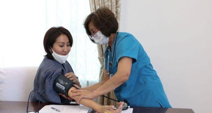 Первая леди Кыргызстана Айгуль Жапарова во время вакцинации от коронавируса в Бишкеке