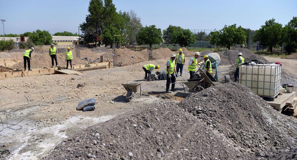 Строительство новой школы в селе Борбордук Лейлекского района. Архивное фото