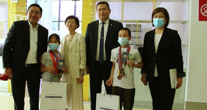 Вручение первых новых биометрических паспортов в Кыргызстане юным шахматистам страны