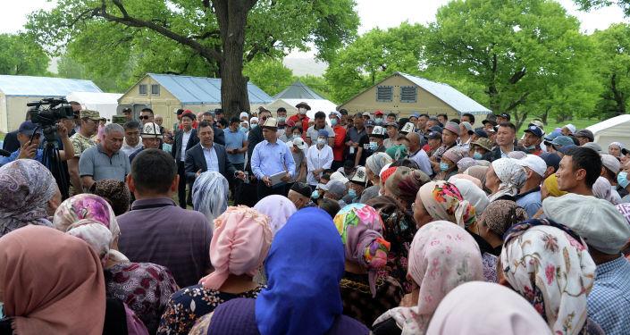Президент КР Садыр Жапаров на встрече с жителями пункта временного пребывания пострадавшихвовремя конфликта накыргызско-таджикской границе
