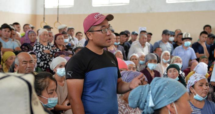 Жители пункта временного пребывания пострадавшихвовремя конфликта накыргызско-таджикской границе во время встречи с президентом КР Садыром Жапаровым