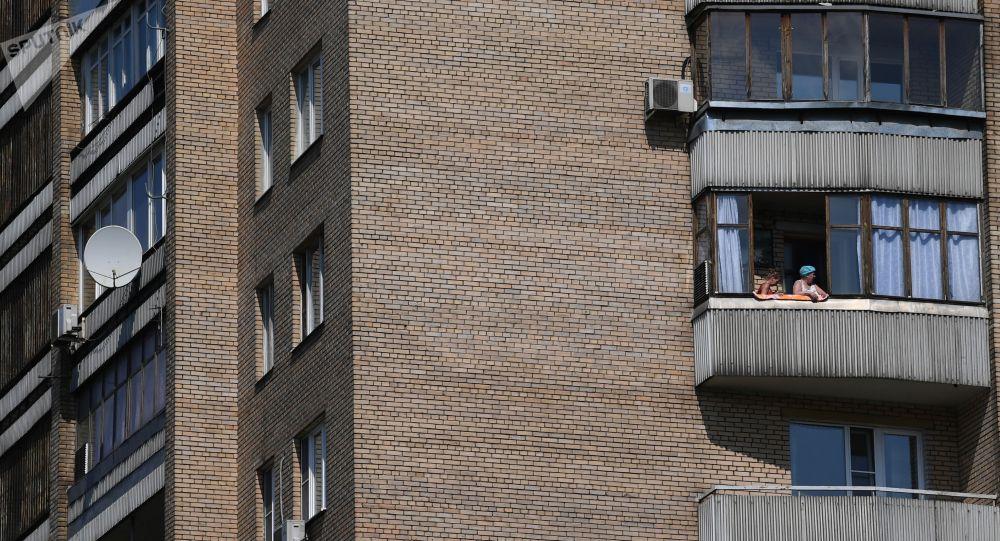 Үйдүн жашоочулары балкондо. Архив