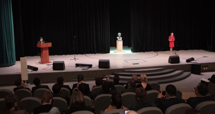 Церемония открытия бюста известного кыргызского режиссера Толомуша Океева в Санкт-Петербургском государственном институте кино и телевидения