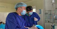 Онколог-хирург, заведующий отделением хирургии медцентра КГМА Бакыт Токтоказиев во время операции по замене пищевода в Бишкеке